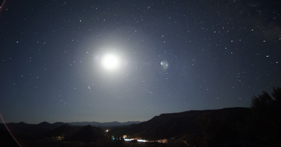 6.mai.2013 - Dois meteoros da chuva Eta Aquarid atravessam o céu de cidade no Novo México, nos Estados Unidos, no começo da manhã de sexta-feira (3) - são os dois pequenos traços abaixo do Sol. A Terra passa todo ano por detritos deixados pelo Cometa Halley no espaço, que, ao entrarem em contato com a atmosfera terrestre, geram a chuva de meteoros