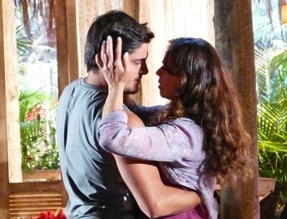 """6.mai.2013 - Em """"Flor do Caribe"""", Juliano beija Natália"""