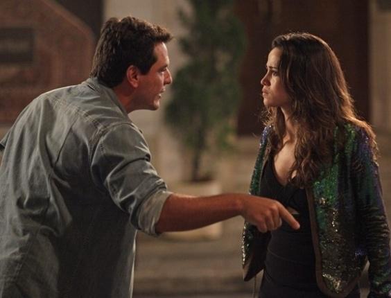"""6.mai.2013 - Em """"Salve Jorge"""", Theo briga com Morena ao achar que ela está se prostituindo"""