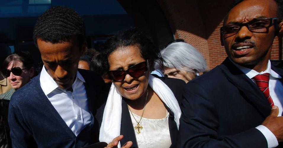6.mai.2013 - Genet Bekele, a mãe de Robel Phillipos [americano acusado de mentir para agentes do FBI no caso do atentado de Boston], deixa o tribunal federal acompanhado do advogado de defesa, Derege Demissie, em Boston, Massachusetts. Após pagar a fiança de US$ 100 mil (aproximadamente R$ 200 mil), Phillipos foi liberado, mas terá que usar uma pulseira  GPS até seu julgamento