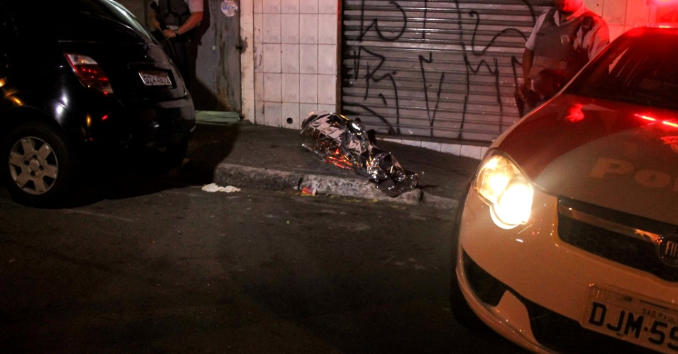 6.mai.2013 - Homem foi baleado e morto na rua Rodrigues Montemor, no bairro do Jabaquara, zona sul de São Paulo (SP). Não há informações sobre os suspeitos