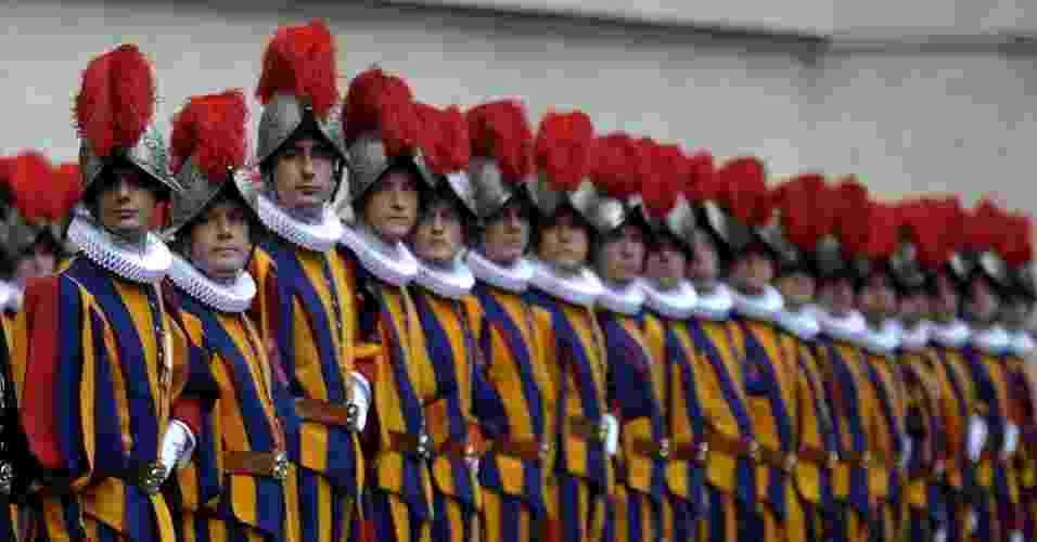 """6.mai.2013 - O papa Francisco recebe 35 novos recrutas da Guarda Suíça na Sala Clementina, no Vaticano, nesta segunda-feira (6). O papa desejou que eles  realizem seu serviço dando testemunho de sua própria fé, """"com alegria e gentileza"""" - Observatore Romano/AFP"""