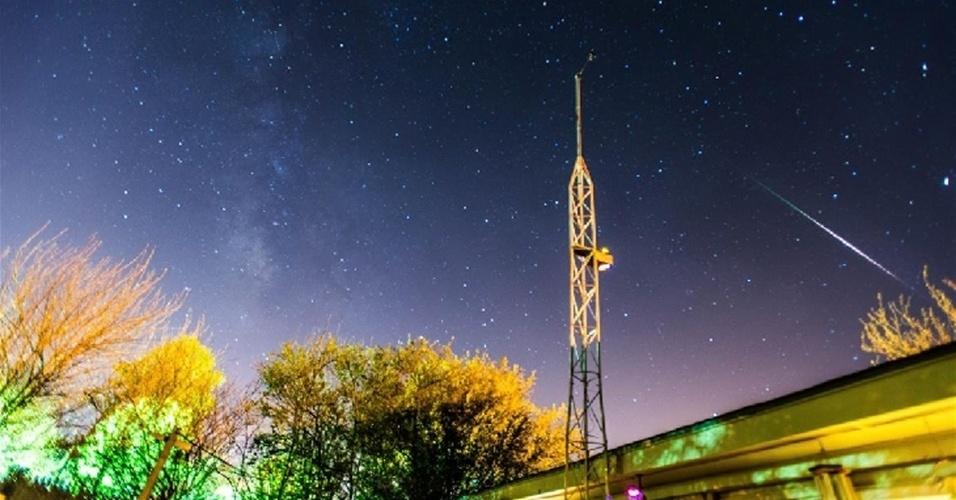 """6.mai.2013 - Passagem da chuva de meteoros Eta Aquarid vista em área rural de Oklahoma, nos Estados Unidos, na madrugada de segunda-feira (6). """"Vi cerca de 25 [meteoros] por hora durante o auge"""", explica David Ewoldt"""