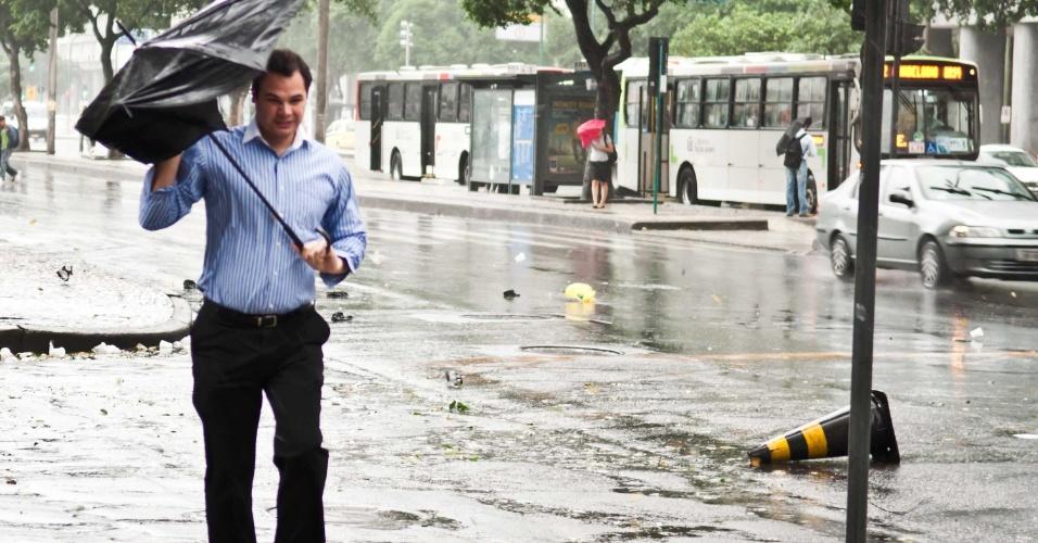6.mai.2013 - Chuva e ventos fortes atingiram o Rio de Janeiro no início da manhã desta segunda-feira (6). A estação de medição do Instituto Nacional de Meteorologia (Inmet) em Copacabana, na zona sul da cidade, registrou rajadas de vento de 93 quilômetros por hora (km/h) às 8h. O vendaval que atingiu a cidade provocou quedas de árvores e o fechamento de ruas das zonas norte, oeste e do centro. Houve interrupções no metrô e dificuldades para pousos e decolagens nos aeroportos