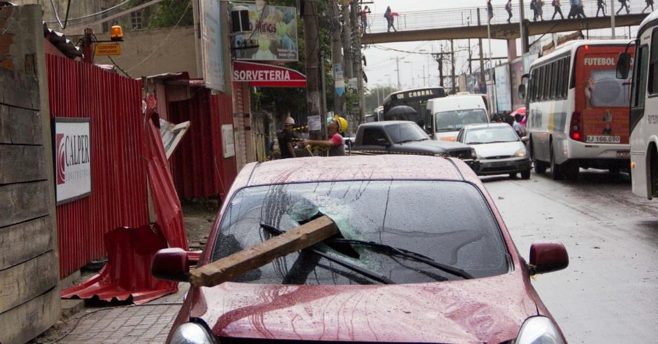 6.mai.2013 - Veículo é atingido por pedaço de andaime de uma obra que caiu durante temporal na madrugada desta segunda-feira (6) em Nova Iguaçu (RJ). O motorista teve ferimentos leves e foi socorrido para o Hospital da Posse. O vendaval que atingiu a cidade provocou quedas de árvores e o fechamento de ruas das zonas norte, oeste e do centro. Houve interrupções no metrô e dificuldades para pousos e decolagens nos aeroportos