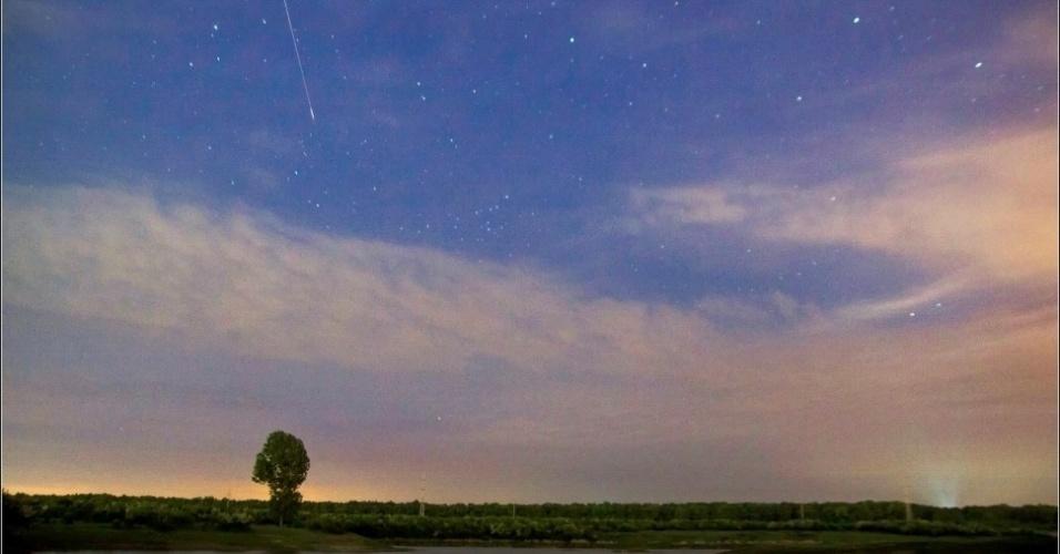 """6.mai.2013 - Visão da passagem da chuva de meteoros Eta Aquarid sobre a cidade de Targoviste, na Romênia, na madrugada de segunda (6). """"Não foram muitos meteoros, mas todos eles tiveram um brilho intenso no final, foi espetacular. Eles foram vistos na parte oeste do céu, perto da estrela Arcturus"""", explica Valentin Grigore, que fez a imagem"""