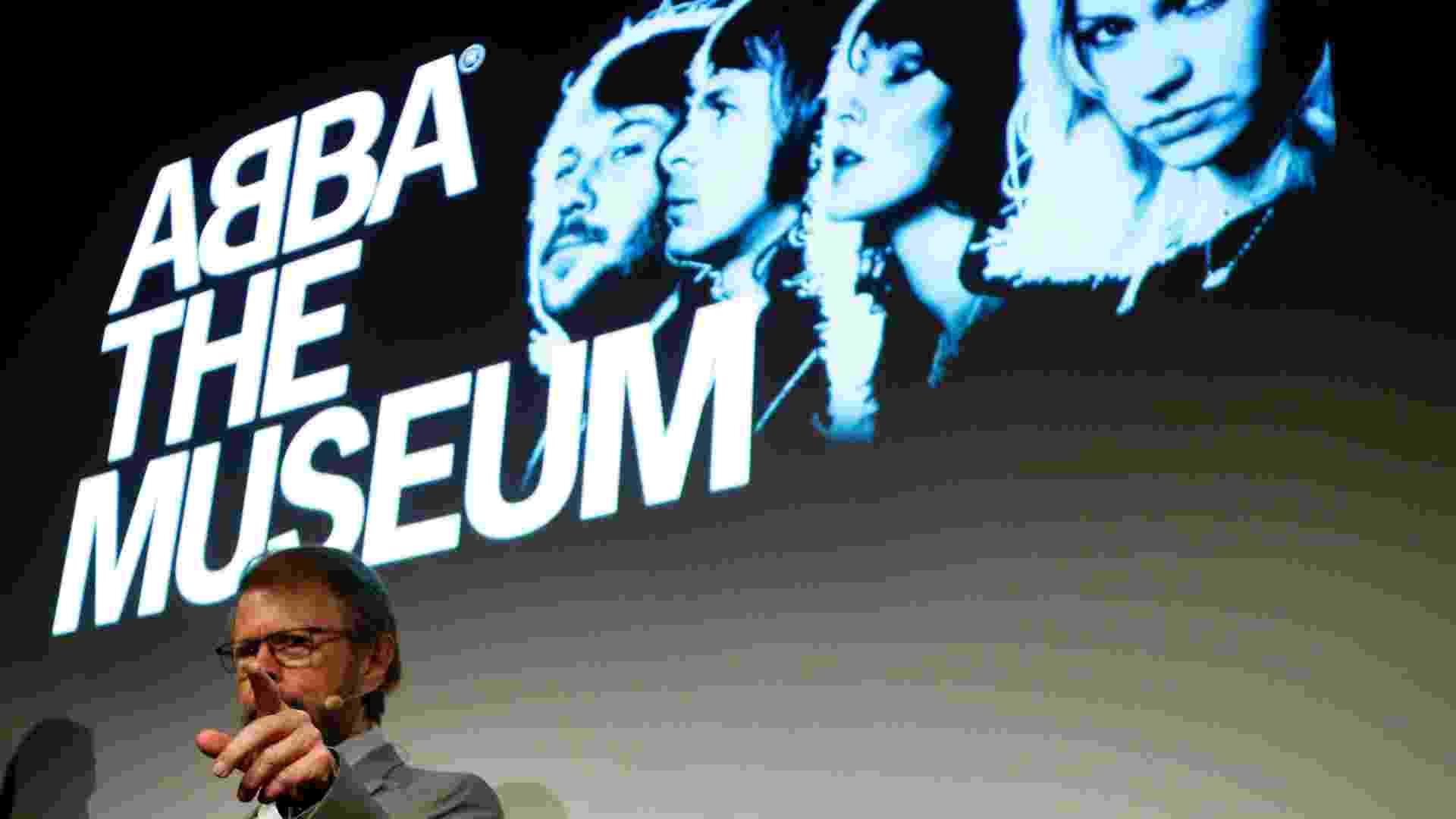 """6.mar.2013 - Ex-integrante do ABBA, Bjorn Ulvaeus participa da inauguração de """"ABBA - O Museu"""" em Estocolmo, na Suécia. O local reúne discos, roupas e artigos históricos da banda que foi fenômeno na década de 70 e 80 - REUTERS/Arnd Wiegmann"""