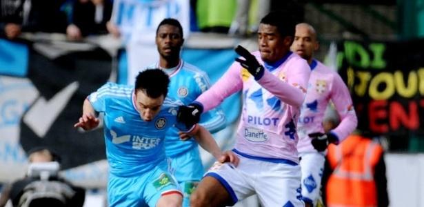 Betão marca Valbuena durante a partida entre Evian e Marseille