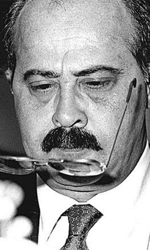 PC Farias, que na foto coloca óculos durante campanha eleitoral, em maio de 1992