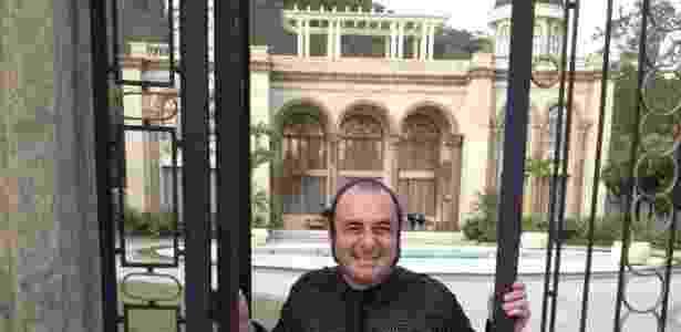 """O consultor Sandro Buffi brinca posando em frente a casa de Tufão (Murilo Benício) e Carminha (Adriana Esteves) em """"Avenida Brasil"""" - Arquivo pessoal"""