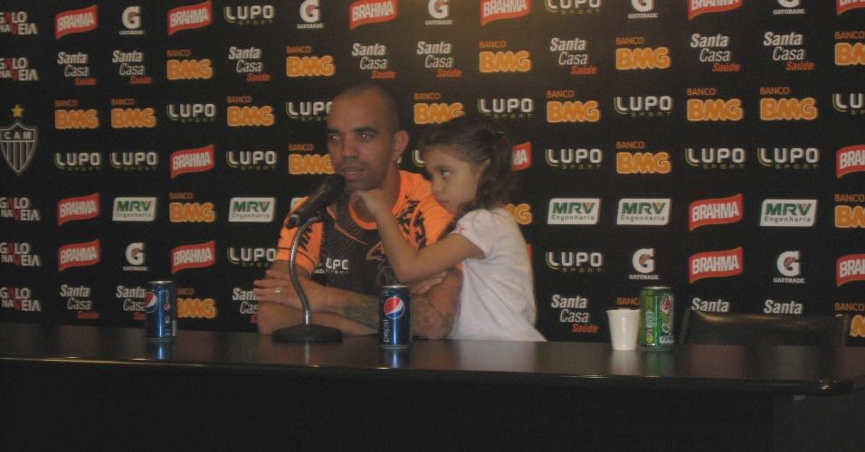 07/05/2013 - Diego Tardelli deu entrevista na Cidade do Galo, ao lado da filha Pietra
