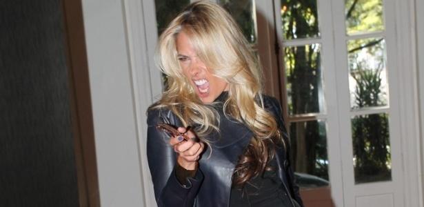 07.mai.2013 - Adriane Galisteu faz pose durante pré-estreia da série
