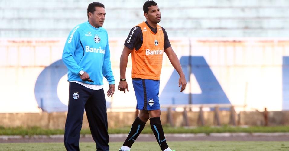 07.Mai.2013 - André Santos e Vanderlei Luxemburgo conversam em treinamento do Grêmio