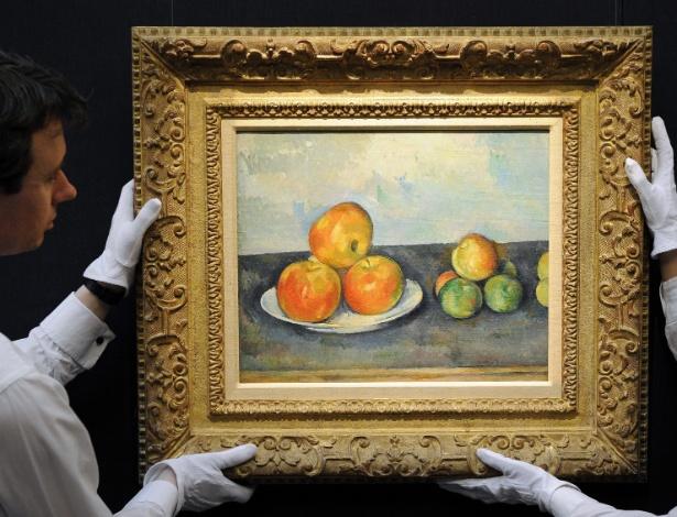 """12.abr.2013 - Funcionários da casa londrina de leilões Sotheby""""s mostram o quadro """"Les Pommes"""", do pintor francês Paul Cézanne (1889-1890) - Andy Rain/EFE"""