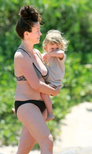 4.mai.2013 - Alanis Morissette curtiu praia com o filho, Ever, no Havaí. Vestindo biquíni, a cantora exibiu os quilinhos a mais