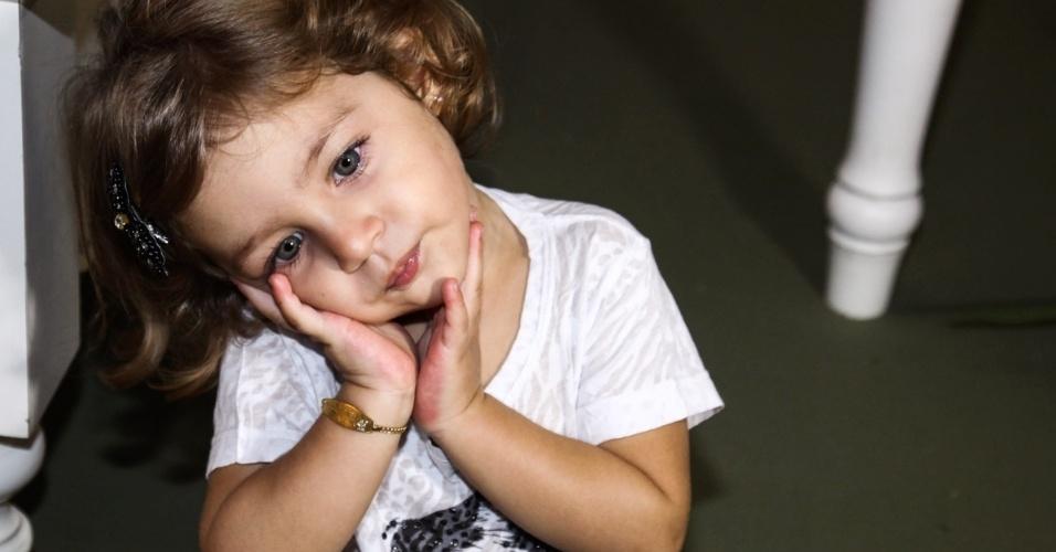6.mai.2013 - Maria Sophia, filha do cantor Pedro Leonardo, brinca em sua festa de aniversário de 2 anos em um bufê em Goiânia