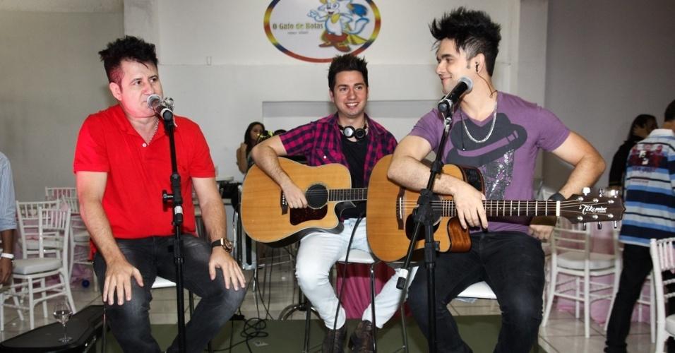 6.mai.2013 - O cantor Marrone canta no aniversário de 2 anos de Maria Sophia, filha de Pedro Leonardo, em um bufê em Goiânia