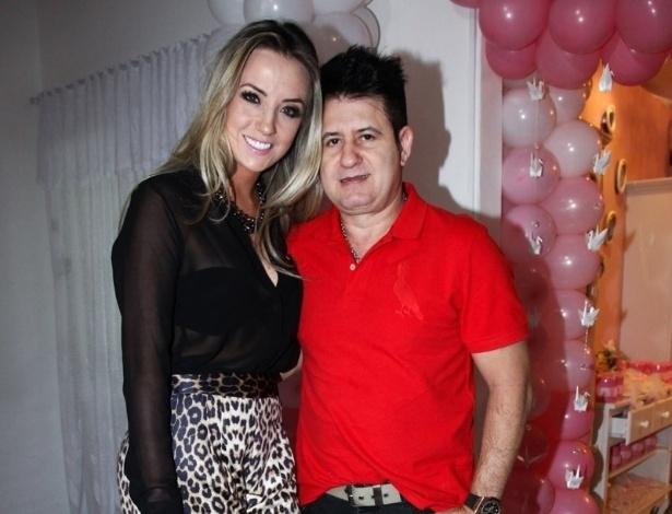 6.mai.2013 - O cantor Marrone e a mulher Natalia Pontes prestigiam o aniversário de 2 anos da filha de Pedro Leonardo, Maria Sophia