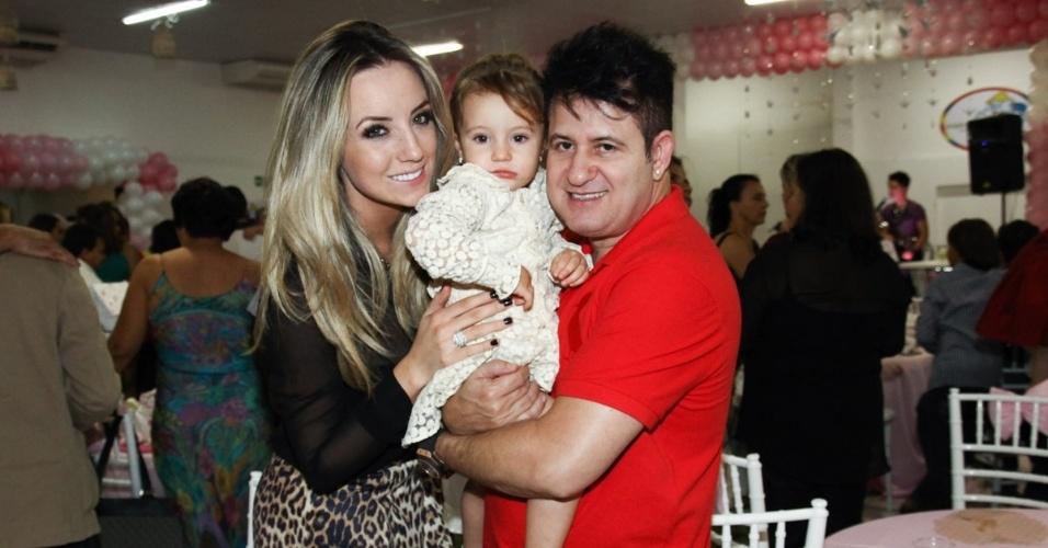 6.mai.2013 - O cantor Marrone posa com a mulher Natalia Pontes e a filha do casal, Mel, no aniversário de 2 anos da filha de Pedro Leonardo, Maria Sophia