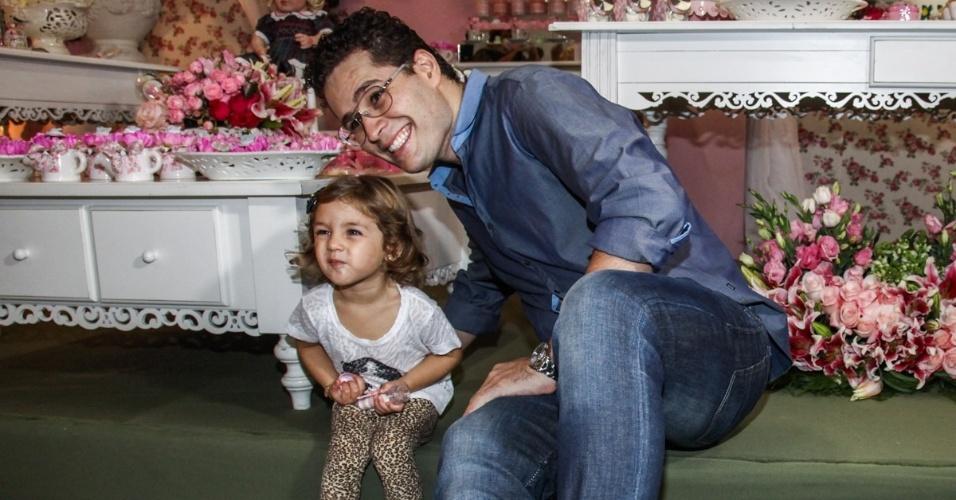 6.mai.2013 - O cantor Pedro Leonardo brinca com a filha Maria Sophia no aniversário de dois anos da menina em um bufê em Goiânia
