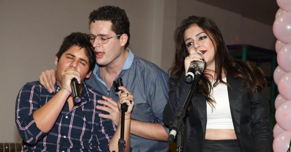 6.mai.2013 - O cantor Pedro Leonardo canta com os irmãos José Felipe e Thais Miziara no aniversário de 2 anos de Maria Sophia, filha de Pedro, em um bufê em Goiânia