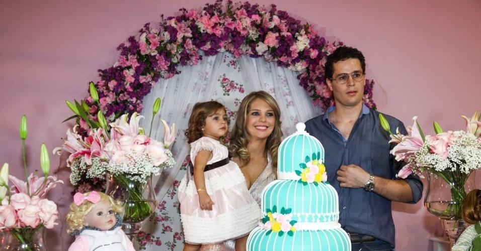 6.mai.2013 - O cantor Pedro Leonardo e a mulher Thais Gebelein posam com Maria Sophia no aniversário de 2 anos da menina, em um bufê em Goiânia