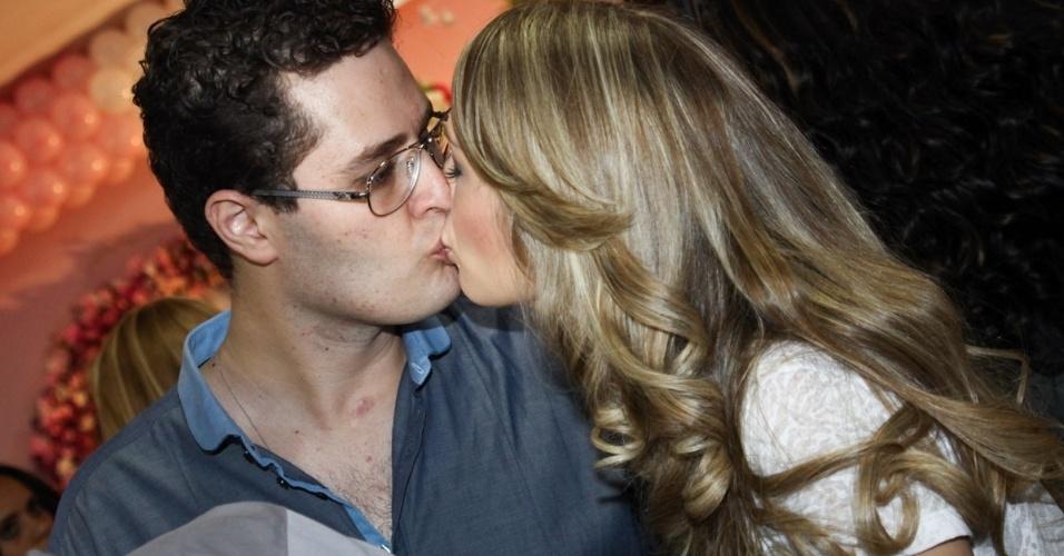 6.mai.2013 - O cantor Pedro Leonardo ganha beijo da mulher Thais Miziara no aniversário de 2 anos da filha dos dois, Maria Sophia, em um bufê em Goiânia