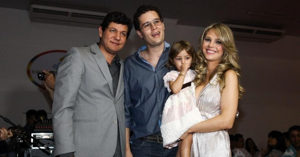 6.mai.2013 - O cantor Pedro Leonardo posa ao lado da família e do Padre Silvio no aniversário de 2 anos de Maria Sophia em um bufê em Goiânia