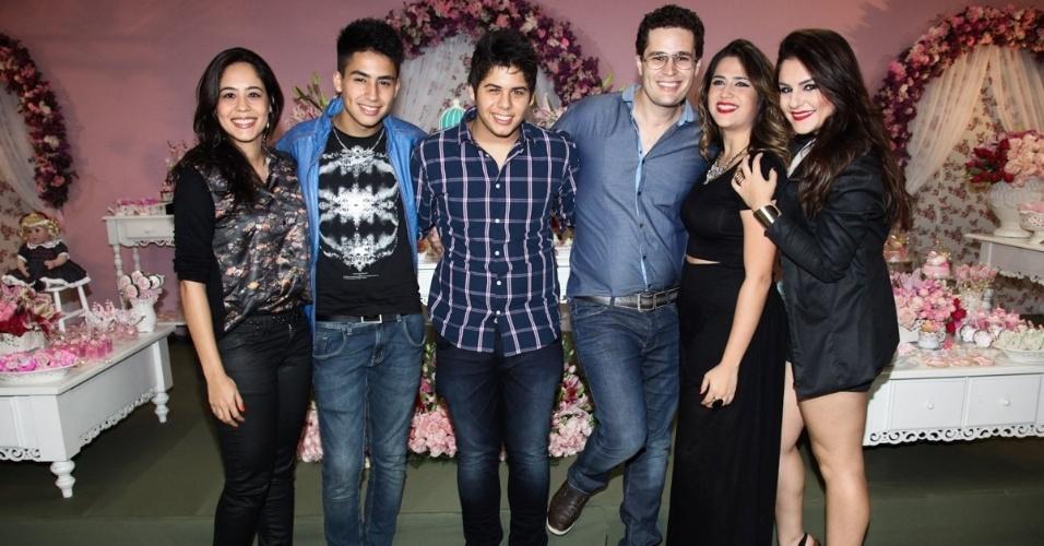 6.mai.2013 - O cantor Pedro Leonardo posa ao lado dos irmãos no aniversário de dois anos de sua filha, Maria Sophia, em um bufê em Goiânia