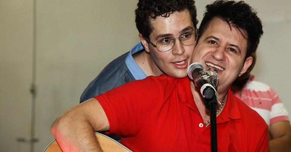 6.mai.2013 - Pedro Leonardo canta com Marrone, da dupla com Bruno, no aniversário de 2 anos de sua filha, Maria Sophia, em um bufê em Goiânia