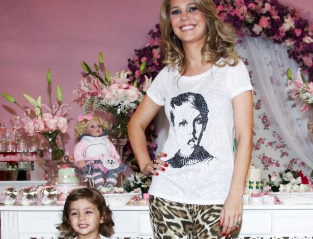 6.mai.2013 - Thais Gebelein brinca com a filha Maria Sophia no aniversário de 2 anos da menina em um bufê em Goiânia