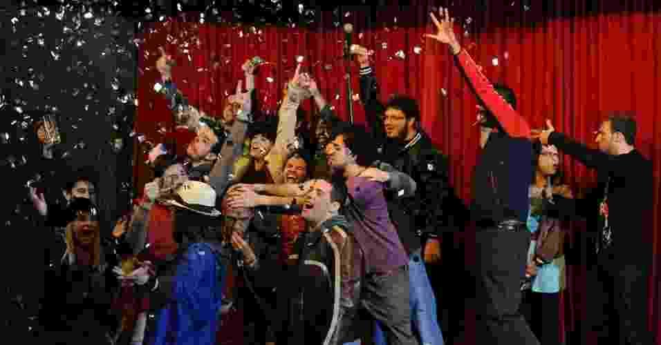 6.mar.2013 - No clipe promocional, dirigido por Fabrício Bittar, que fará adaptação do primeiro livro de Gentili para o cinema, comediantes enfrentam a polícia - Junior Lago/UOL