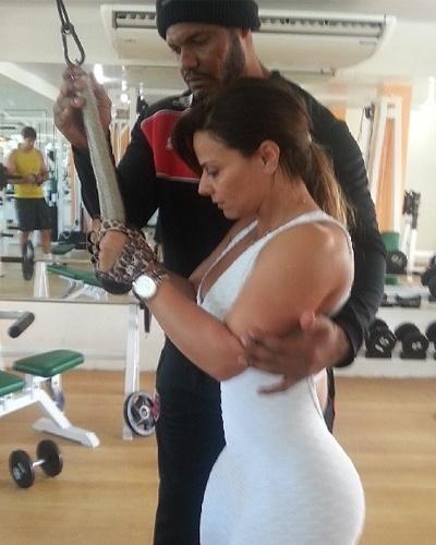 7.mai.2013 - Ainda para trabalhar os membros superiores, Viviane Araújo faz exercício para o tríceps no