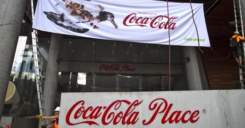 7.mai.2013 - Ativistas do Greenpeace estendem na sede da Coca-Cola em Sydney, na Austrália, faixas e cartazes de um albatroz morto após ingerir lixo plástico. De acordo com a organização, a marca de refrigerantes está tentando barrar a implementação de um sistema nacional de reciclagem na Austrália