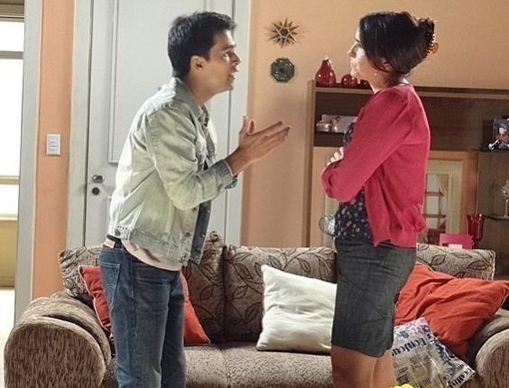 """7.mai.2013 - Em """"Sangue Bom"""", Rosemere se irrita com Filipinho ao descobrir que ele não tem ido às aulas de canto"""