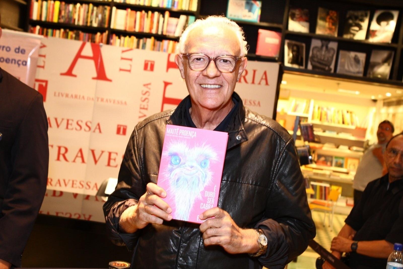 7.mai.2013 - O ator Ney Latorraca prestigia a noite de autógrafos do livro de Maitê Proença,