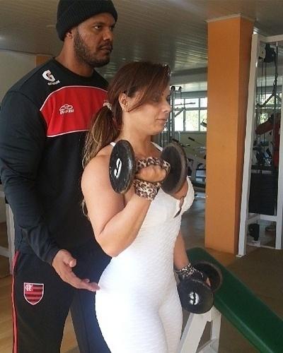 7.mai.2013 - Viviane Araújo quer afinar os braços. Para isso, ela faz exercício para o bíceps com halteres