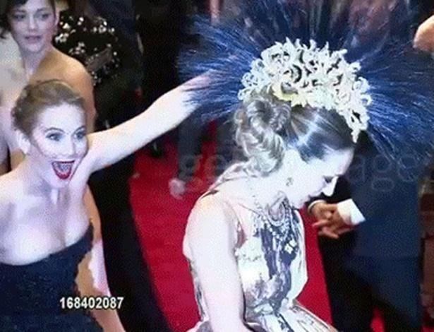 A atriz Jennifer Lawrence resolveu protagonizar um Photobomb nada discreto na foto da colega de carreia Sarah Jessica Parker, durante o baile de gala do Met. Jennifer agora faz sucesso em uma imagem em GIF na internet em que aparece pulando atrás