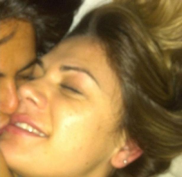 A atriz Thammy Miranda aparecendo beijando Nilceia Oliveira em foto