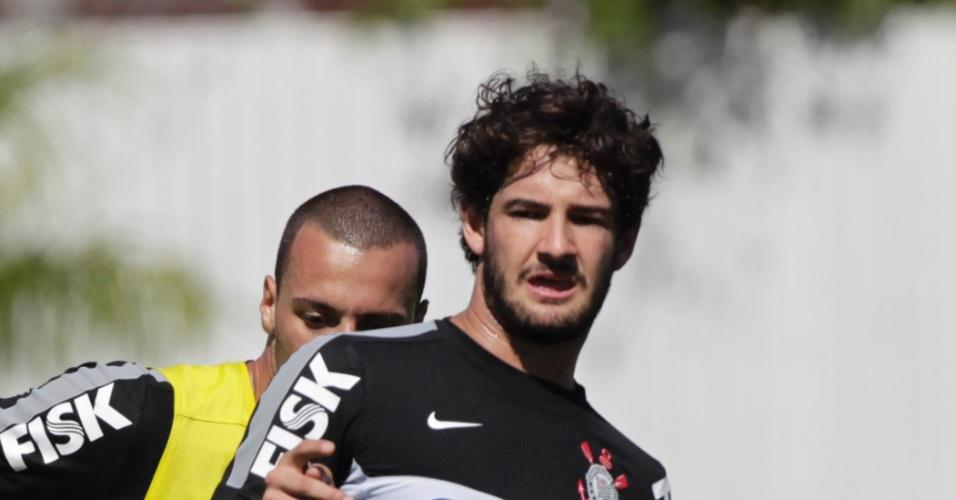 Atacante Alexandre Pato domina a bola durante treino do Corinthians