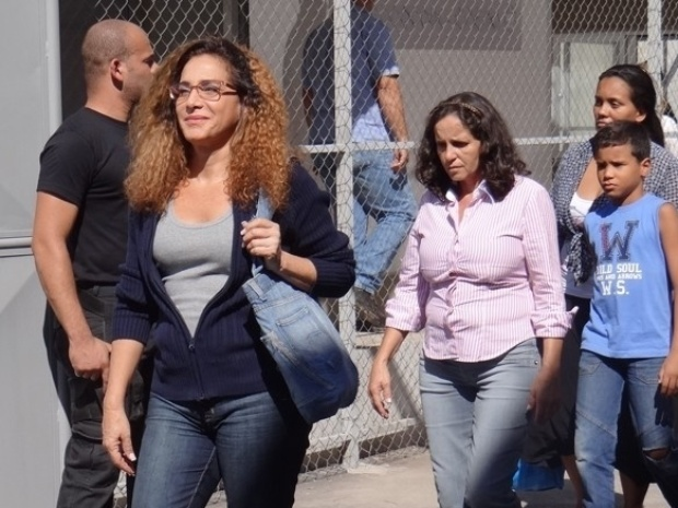 """Em """"Salve Jorge"""", com óculos e cabelo cacheado, Wanda foge da cadeia"""