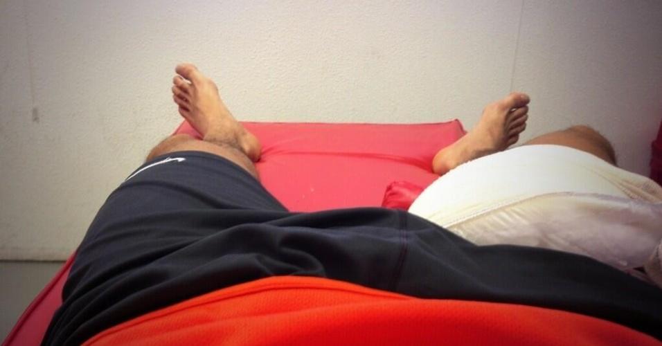 Leandro Damião posta foto no Twitter tratando da lesão na coxa direita sofrida na partida do Inter contra o Juventude (07/05/2013)