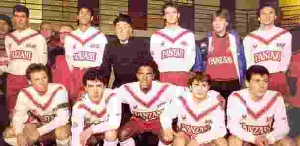 Valdeir no centro do time do Bordeaux, com Zidane em pé (o primeiro da esquerda) - Arquivo pessoal - Arquivo pessoal