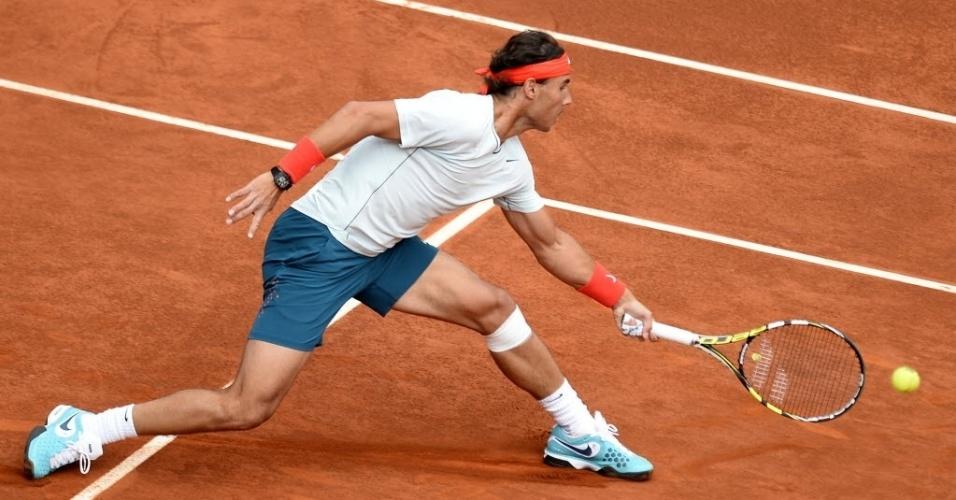 08.mai.2013 -  Rafael Nadal se esforça no saibro de Madri durante o duelo contra Benoit Paire