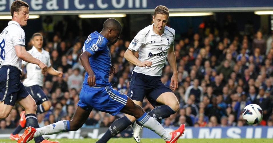 08.mai.2013 - Ramires bate de bico para marcar o segundo gol do 79c9ce85db75f