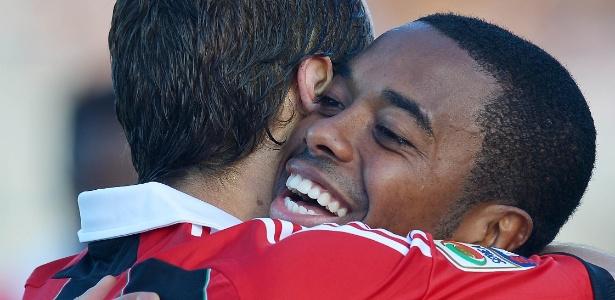 Robinho abraça Flamini após dar assistência para o volante na partida contra o Pescara