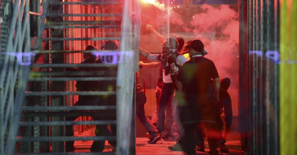 08.mai.2013 - Torcedores da Atalanta e da Juventus arremessam sinalizadores no campo e na direção das arquibancadas rivais durante o jogo entre as equipes, pelo Campeonato Italiano