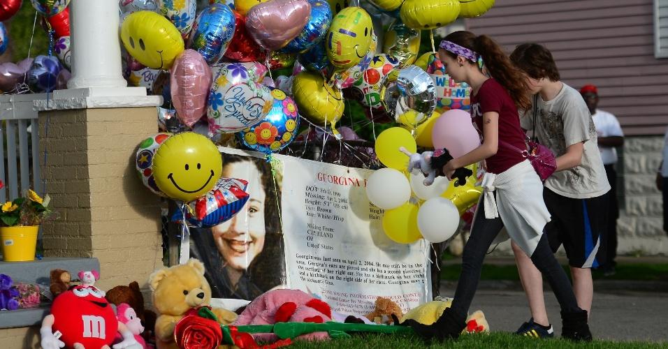 7.mai.2013 - Balões coloridos e faixas são pendurados do lado de fora da casa de Gina DeJesus, em Cleveland, Ohio (EUA). Ela, Amanda Berry e Michelle Knight, que desapareceram há cerca de dez anos, foram encontradas no sul da cidade norte-americana. Segundo a polícia, três irmãos hispânicos foram detidos pela relação com o sequestro