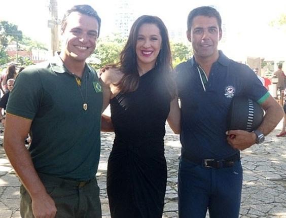 """7.mai.2013 - O cavaleiro Doda Miranda posa com Claudia Raia e Rodrigo Lombardi nos bastidores de """"Salve Jorge"""""""