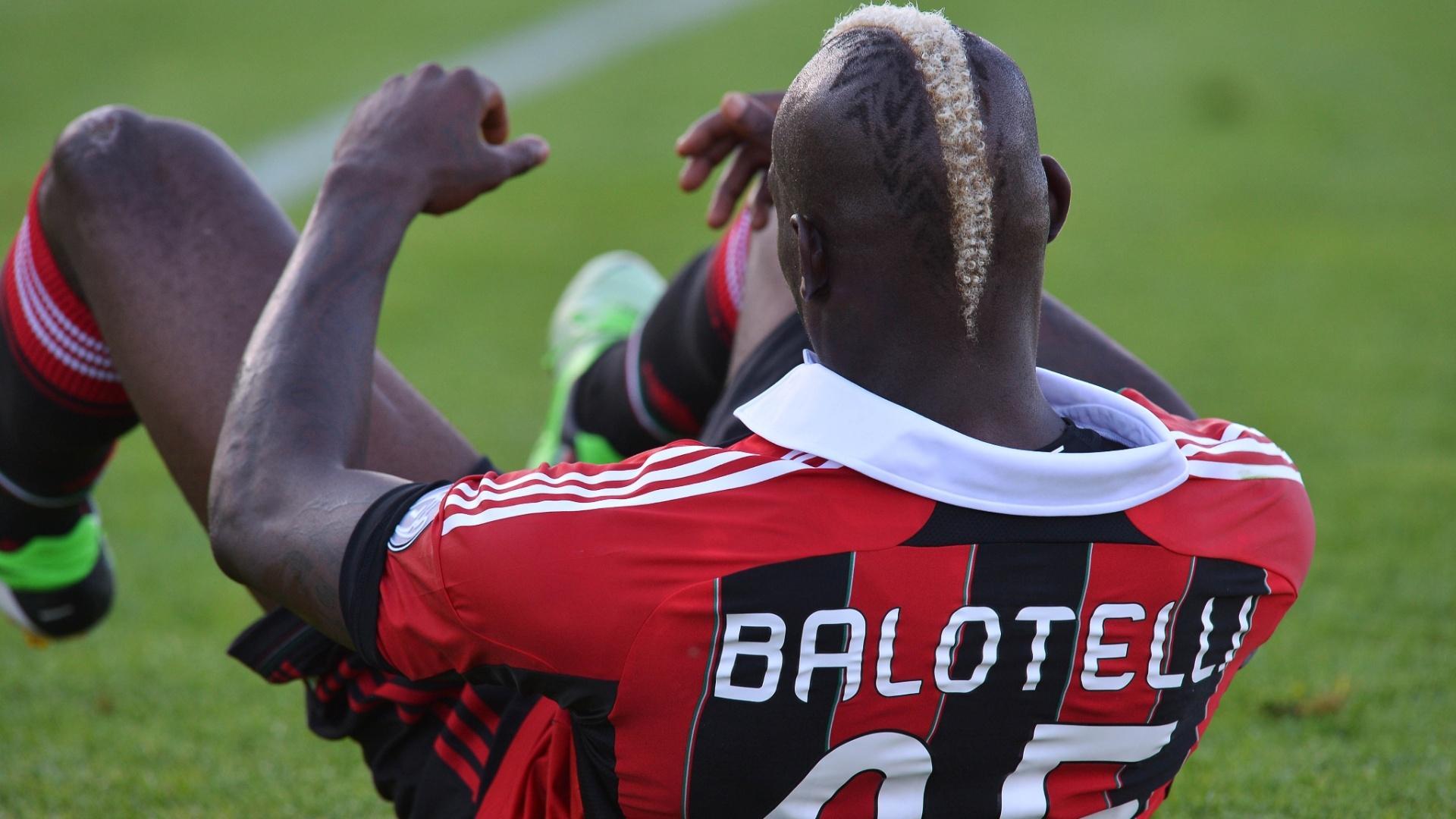 8.mai.2013 - Atacante italiano Balotelli cai durante partida do Milan contra o Pescara, pelo Campeonato Italiano